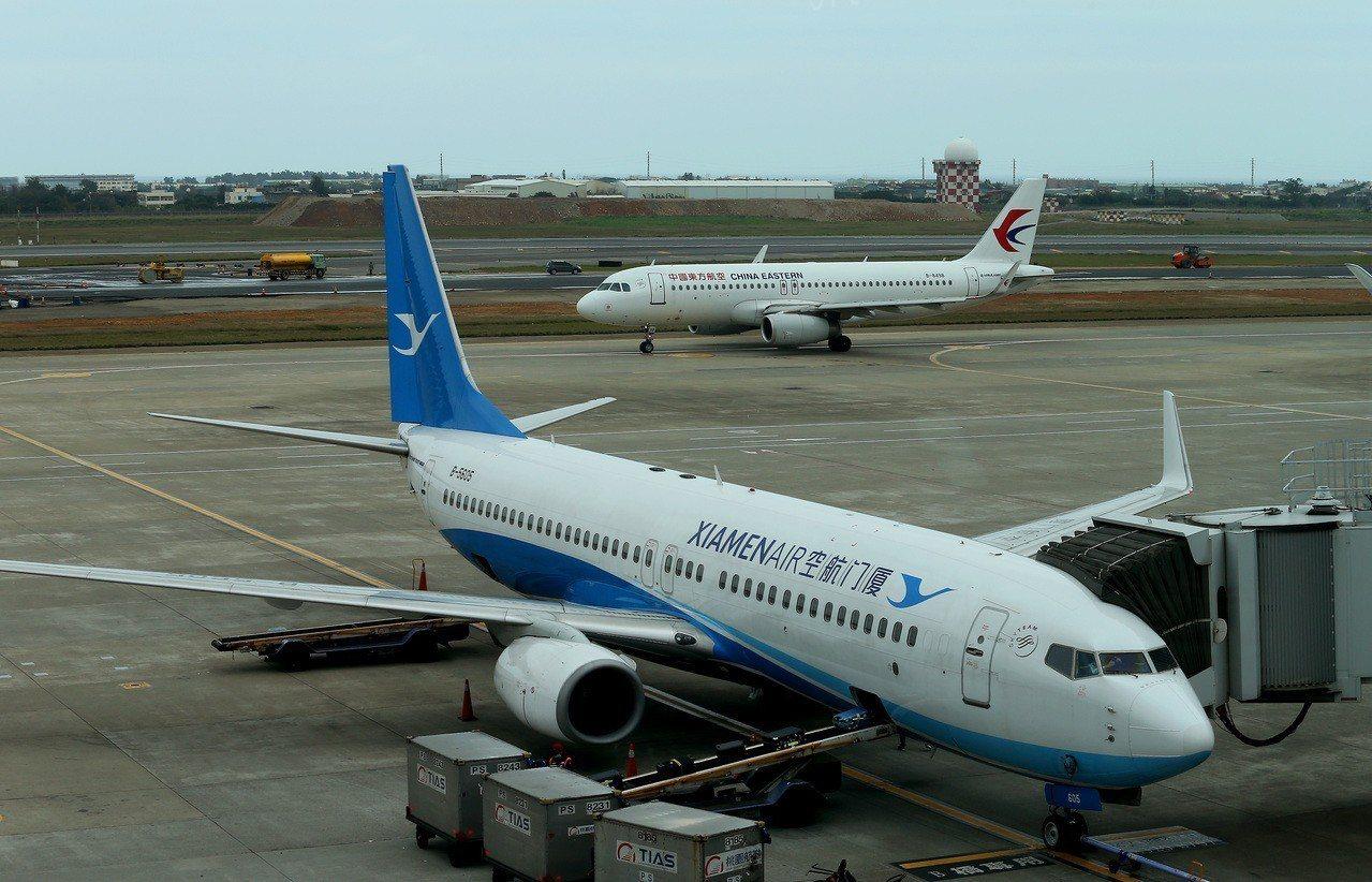 今年兩岸春節加班機陸續開放訂位,並納入中國東方航空(後)、廈門航空(前)。圖/聯...