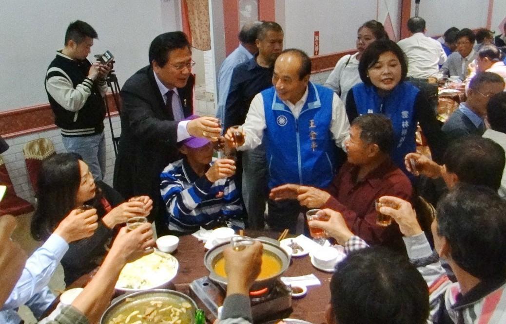 王金平逐桌敬酒,遇到好友也熱情交談,展現人氣。 記者蔡維斌/攝影