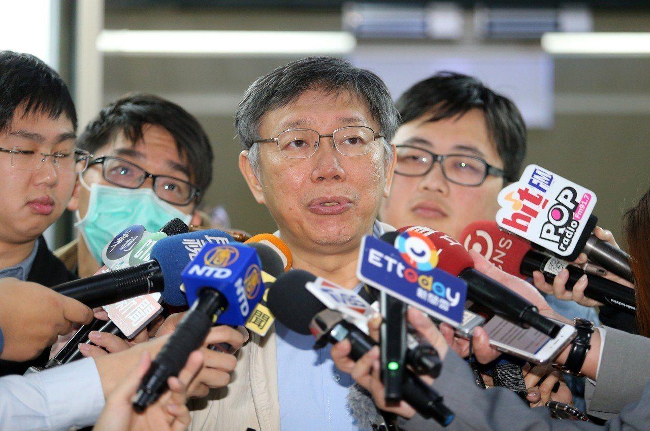 台北市長柯文哲(中)昨天上午接受媒體聯訪,針對新閣揆、內閣團隊、兩岸議題等提出看...