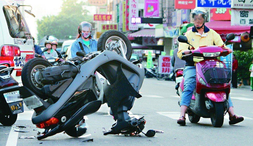 台中市太原路發生機車相撞車禍,傷者無大礙,但機車倒立街頭,引人注目。圖/聯合報系...