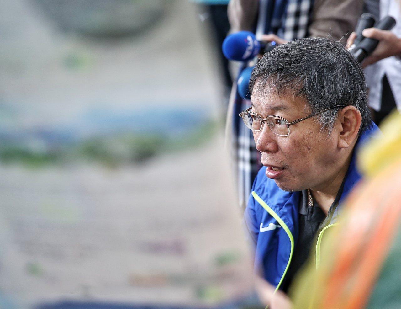 台北市長柯文哲上午登山健行,要從政大飛龍步道口走至指南宮,行前先聆聽簡報。記者鄭...
