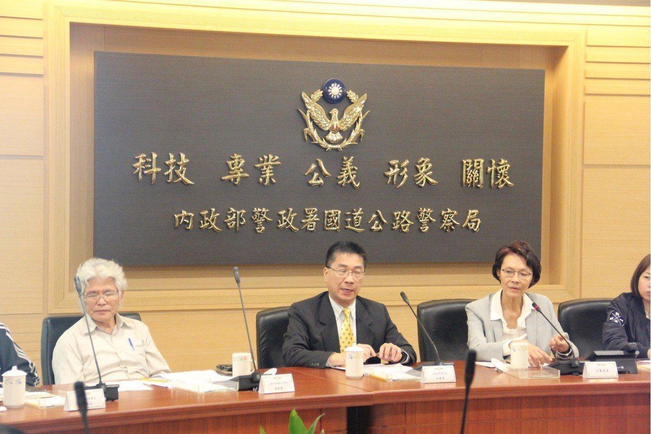 去年12月6日徐國勇與立法委員至國道公路警察局訪視座談會場。報系資料照