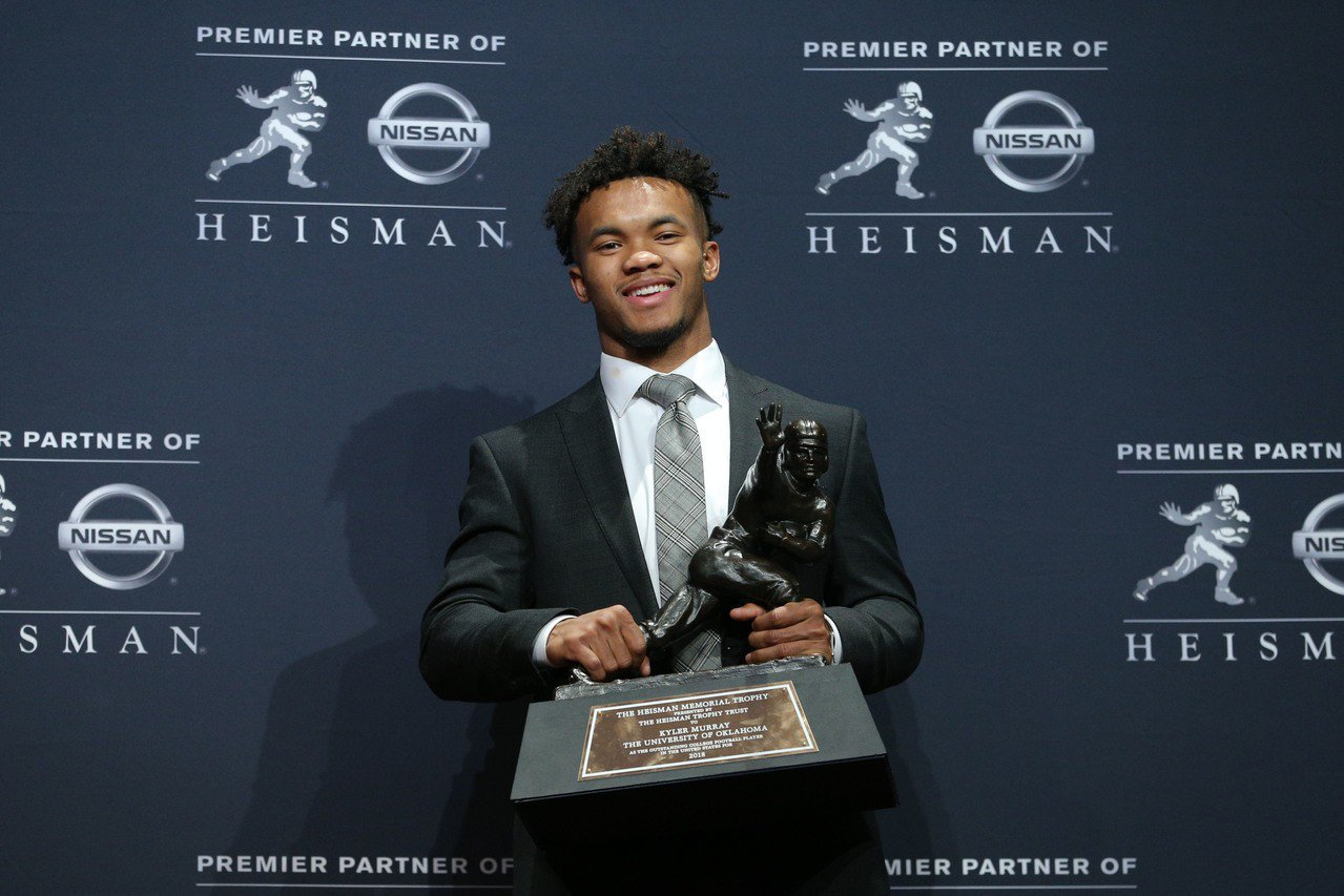 墨瑞是去年的運動家隊選秀第一指名,也獲得美式足球象徵最高榮譽的海斯曼獎,引起是否...