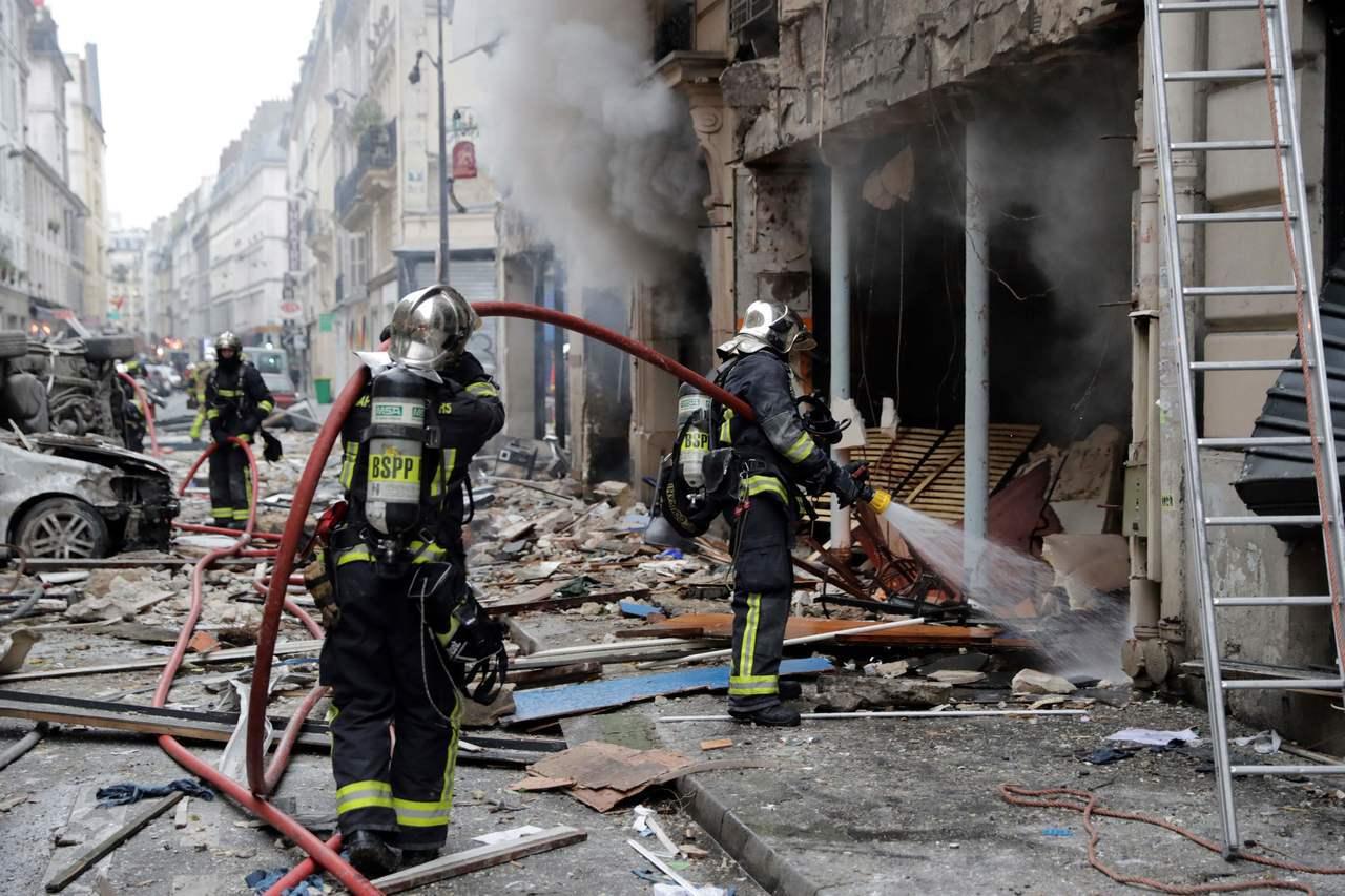 現場消防人員搶救中。 法新社
