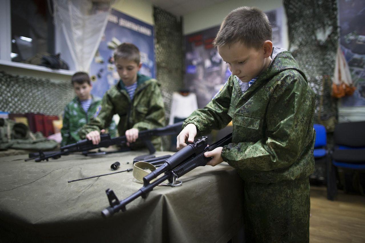 俄國青年軍成員正在操作槍械。 (美聯社)
