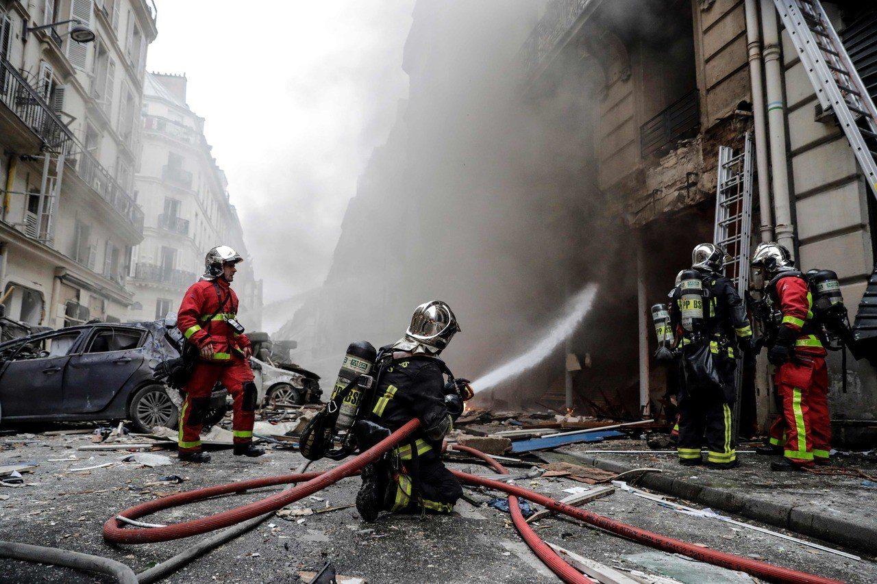 12日法國巴黎驚傳氣爆意外,已知2名消防員死亡,50人受傷。 法新社