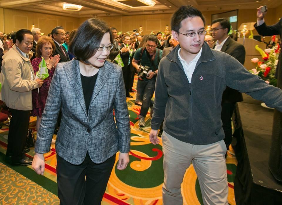 蔡英文過去曾在臉書介紹「口譯哥」趙怡翔(右)。圖/取自蔡英文臉書