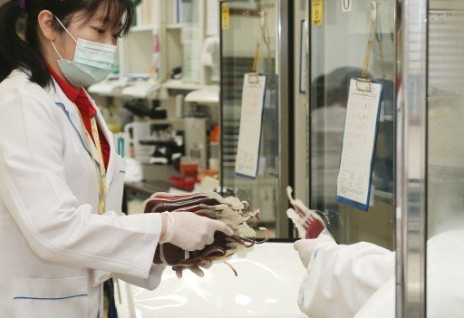捐血量不穩,部分醫院也啟動控血措施,避免進行必要手術時無血可用。 報系資料照
