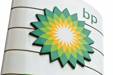 日正當中,阿曼沙漠爍石流金,英國石油公司(BP)的天然氣鑽井工人特製背心上掛著的...