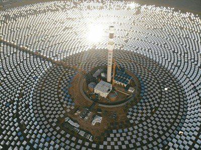 中國首個百兆瓦級熔鹽塔式光熱電站日前在甘肅敦煌建成,這是全球聚光規模最大、吸熱塔...