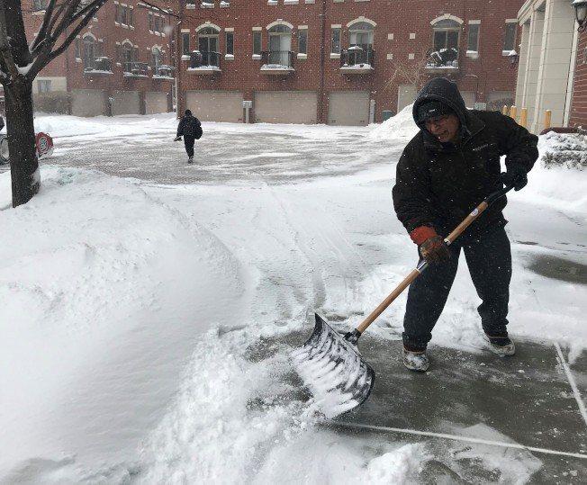 氣象預測12日芝加哥、伊利諾州南部地區將下雪,其中伊州南部降雪將達7吋,圖為去年...
