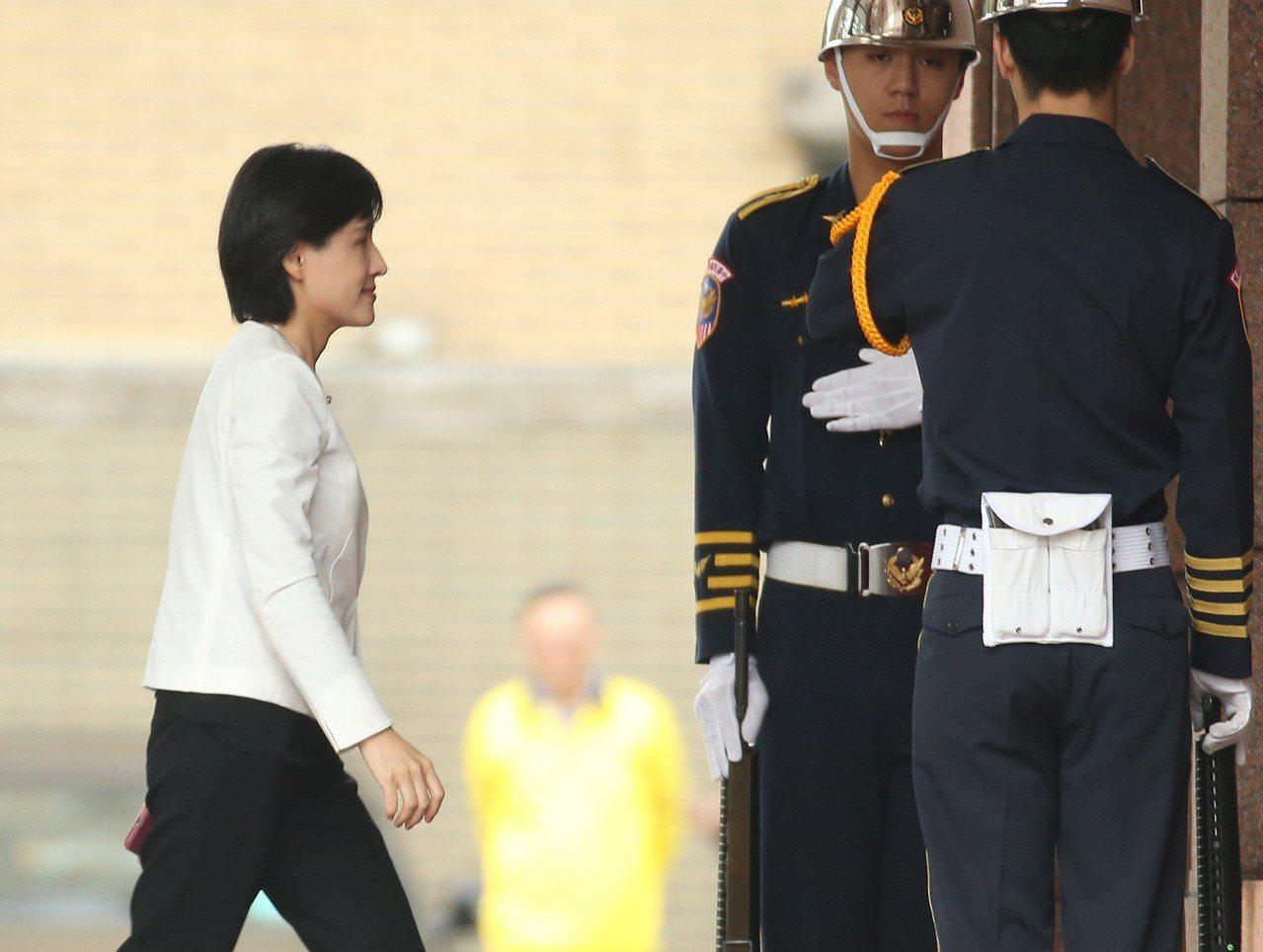 內閣總辭,原本被外界認定會留任的文化部長鄭麗君(左)表示自己將「重新回到民間」。...