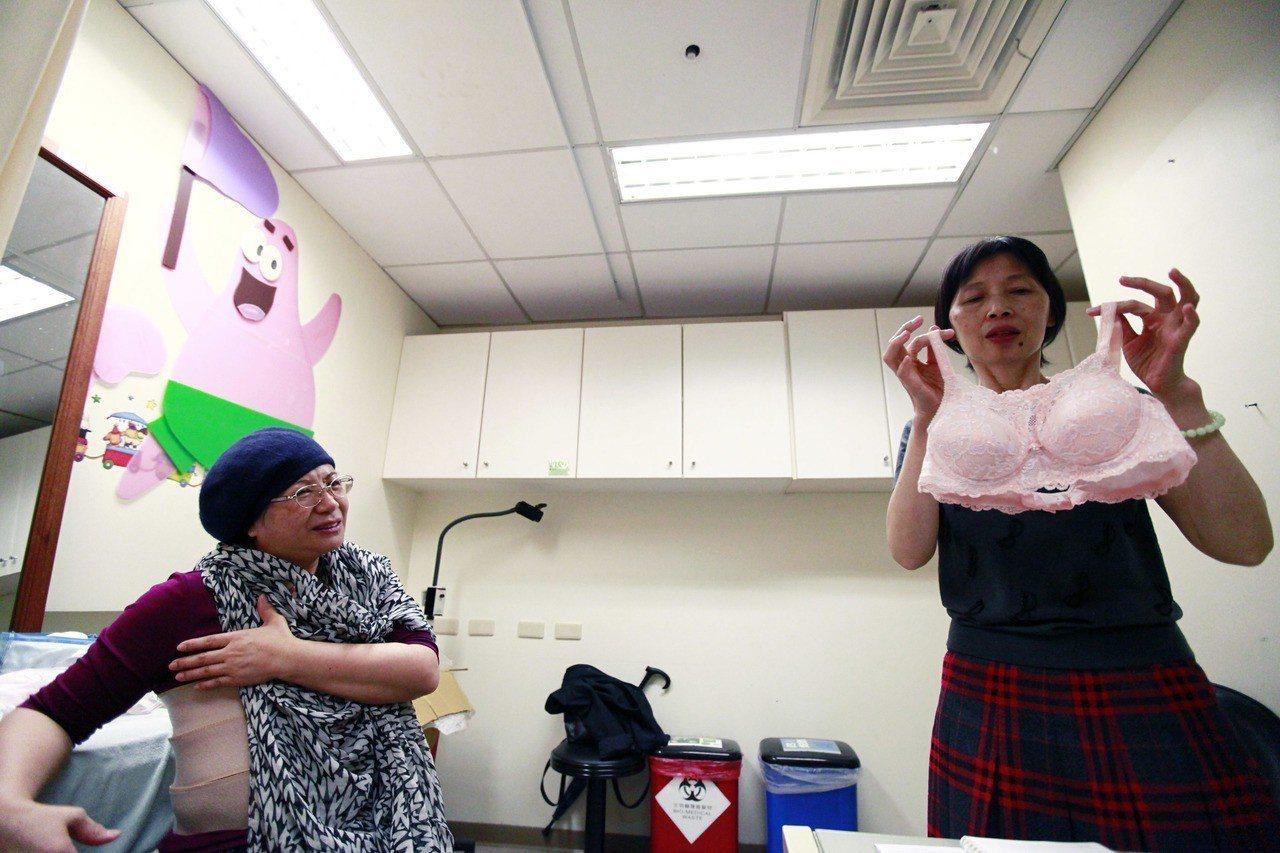 從事義乳內衣設計10多年的「奶媽」林嫦瑜(右),至今服務近5000名乳房切除患者...