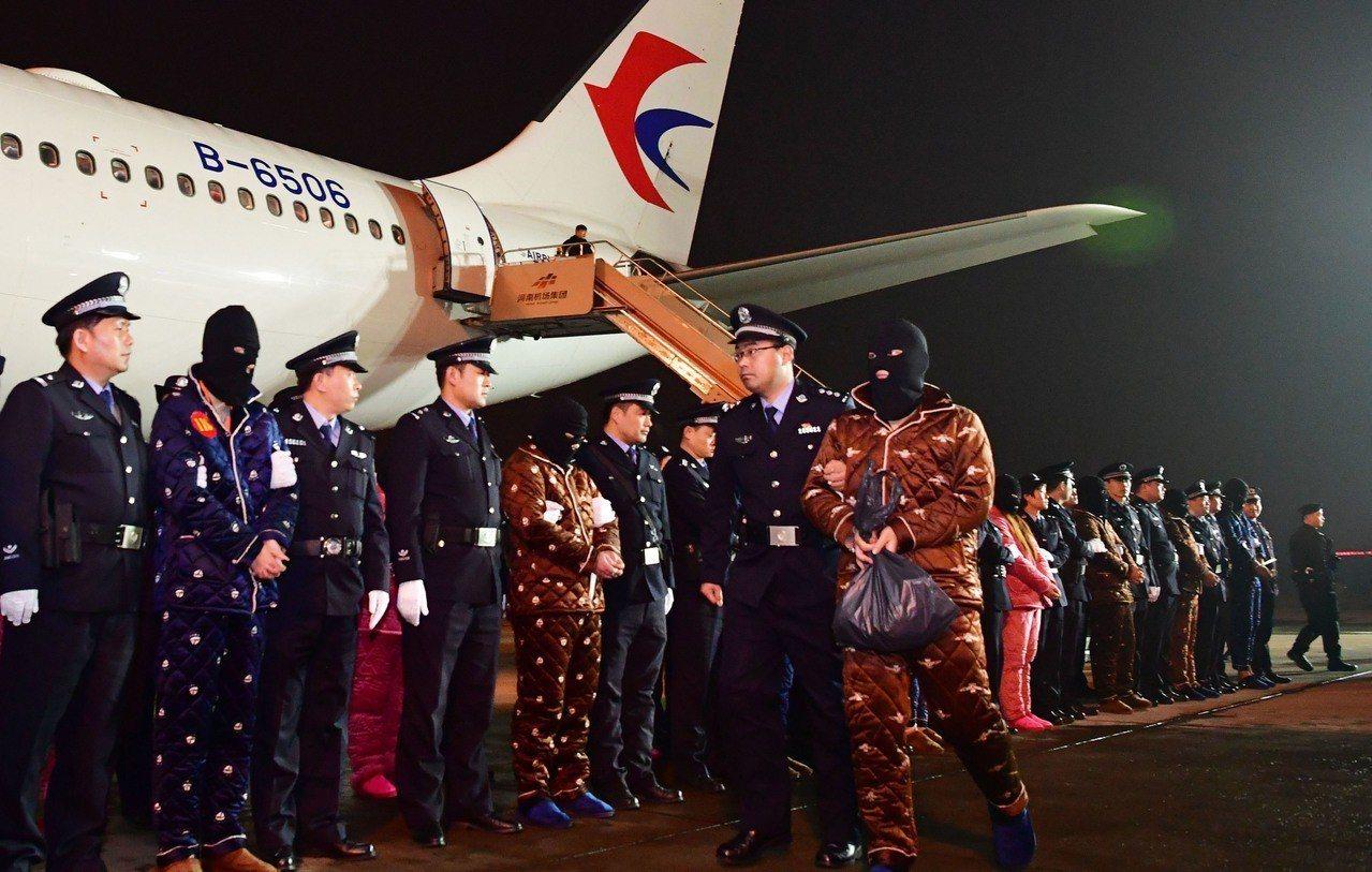 中國11日在瓦太國際機場與寮國警方舉行簽字移交儀式,將「191名中國籍電信詐騙犯...