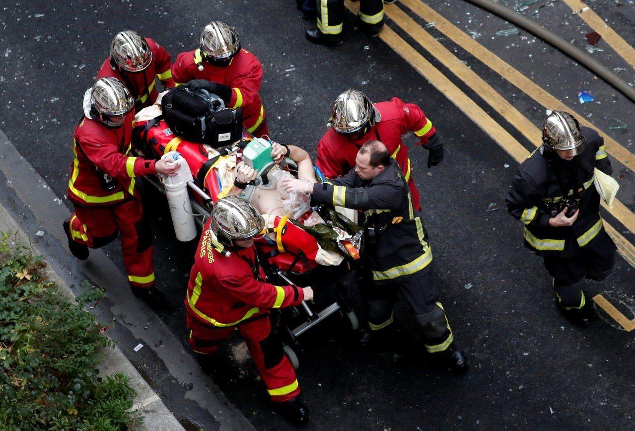 巴黎今天發生強力爆炸並起火,導致兩名消防人員喪命,47人受傷。 路透社