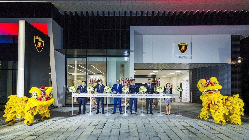 由右至左為Automobili Lamborghini 亞太區行銷公關經理Sil...