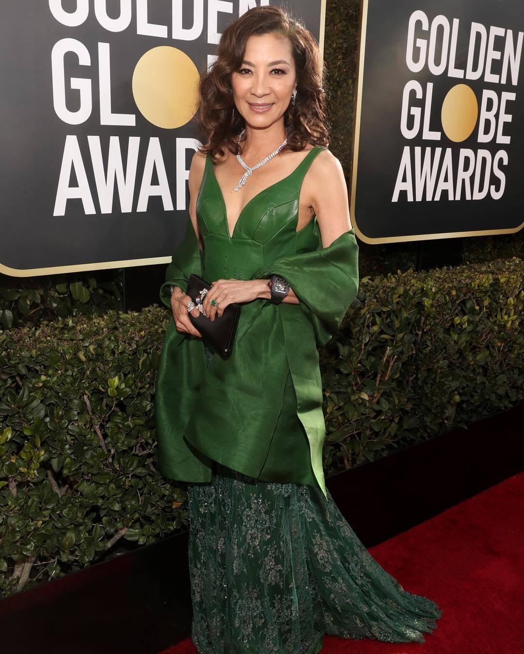 甫落幕的金球獎中,女星楊紫瓊以夏姿的綠色皮革蕾絲拼接禮服登場。