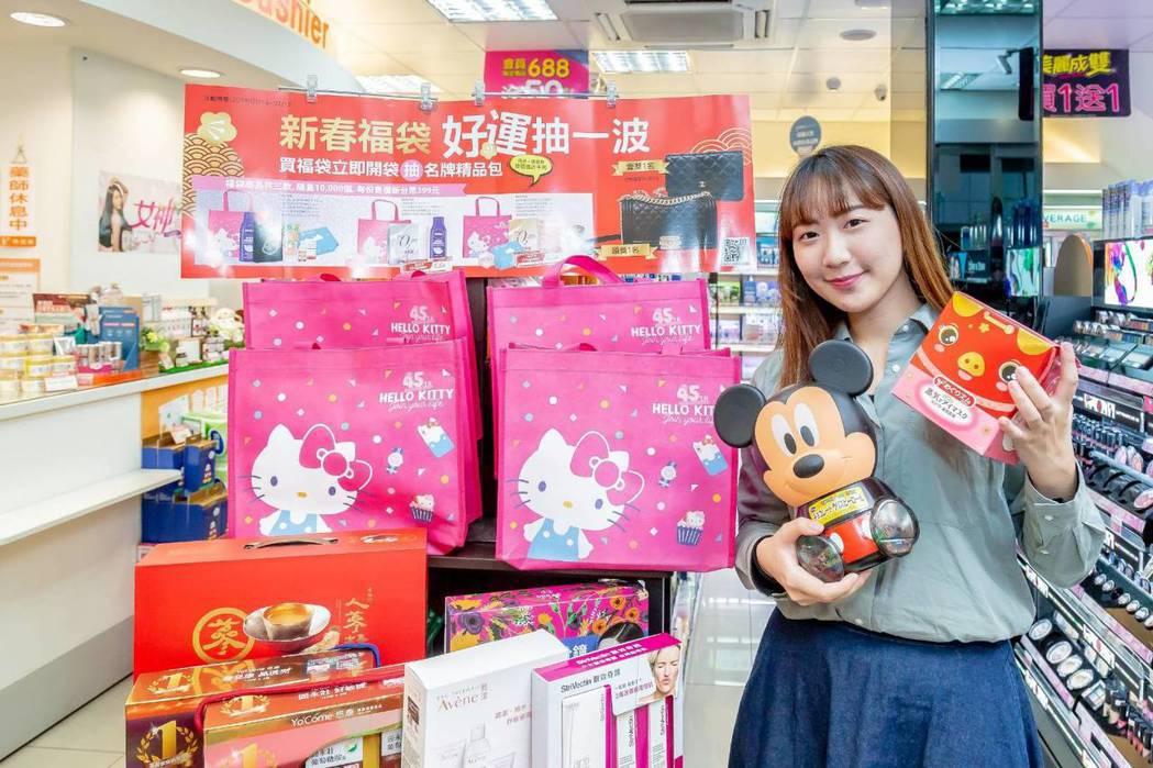 看準小資女對夢幻逸品包的期望,福袋最大獎包含市價15.6萬及7.4萬的精品名牌包...