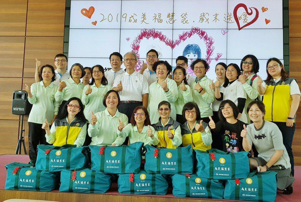 頂新和德文教基金會創辦人魏應充(二排左四)與當日活動志工們合影。 戴辰/攝影
