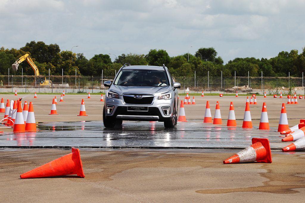 在幾乎零抓地力的濕滑路面關卡中,明顯感受Symmetrical AWD對稱式全時...