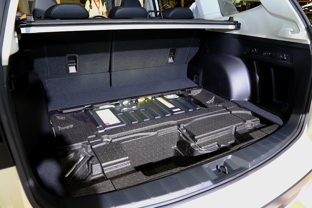 鋰離子電池模式平整的擺放在後軸上,不僅對後行李廂空間影響最小,同時前/後座椅的佈...