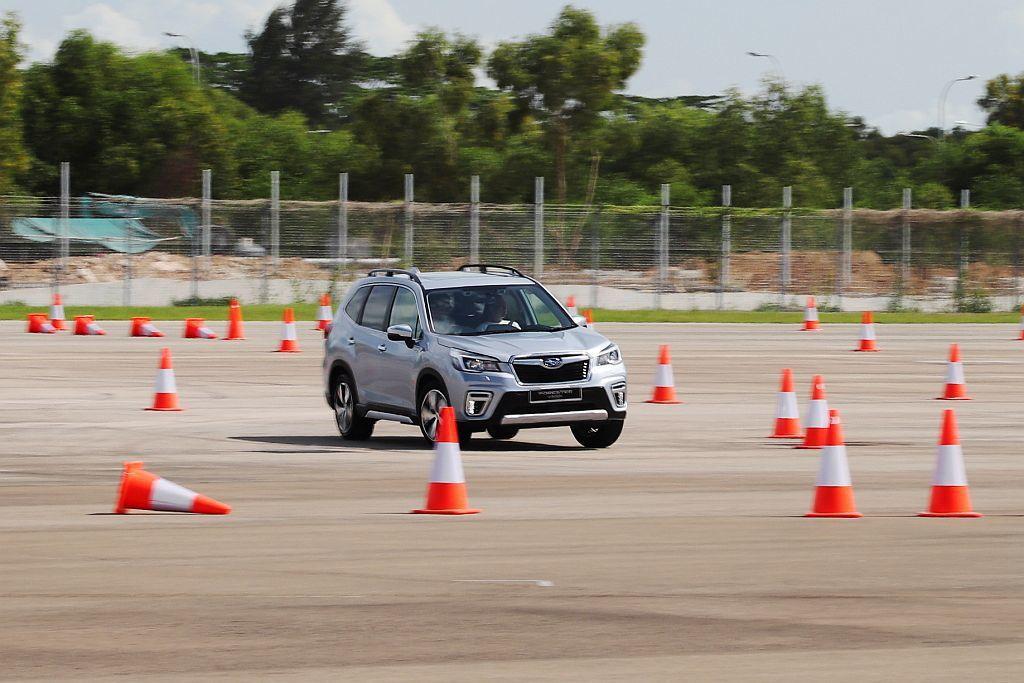 Subaru Forester e-BOXER面對繞錐、連續彎道的關卡時,仍舊展...