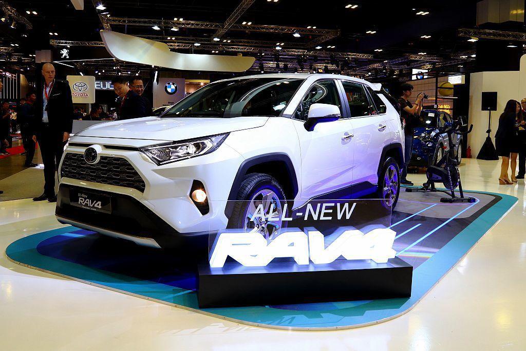 全新第五代Toyota RAV4,雖然展出的是右駕版本,不過搭載的新2.0L引擎卻是未來台灣市場可能販售的規格。 記者張振群/攝影
