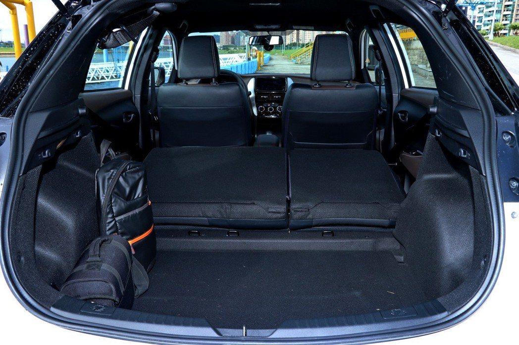 透過後座傾倒功能,可提供更大的載物空間。 記者陳威任/攝影