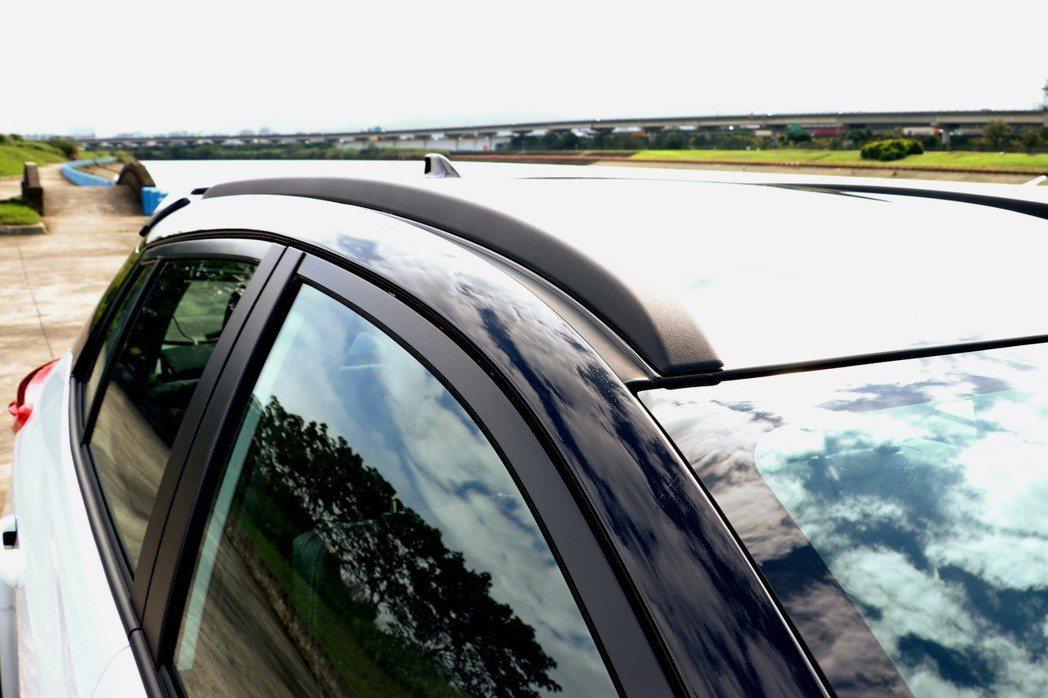 車頂新增高質感運動化造型車頂飾條。 記者陳威任/攝影