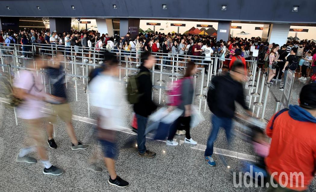 今年春節桃園機場航班爆量,疏運期間準點率不到20%,春節出國旅客要特別留意。圖/...