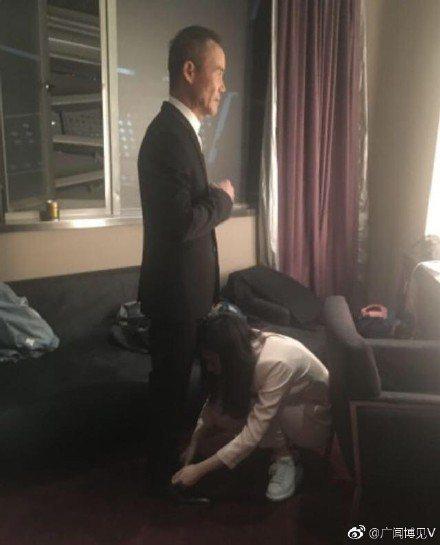 田朴珺蹲下來為老公整理褲腳、繫鞋帶。圖/摘自微博