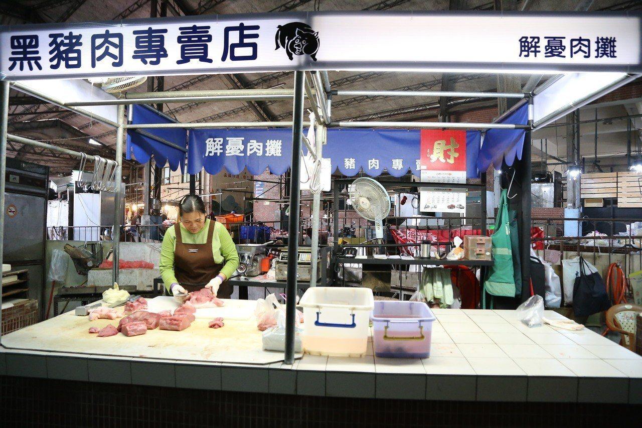 建景系師生為大林鎮傳統市場進行改造,人情味十足的豬肉攤變身「解憂肉攤」。圖/南華...