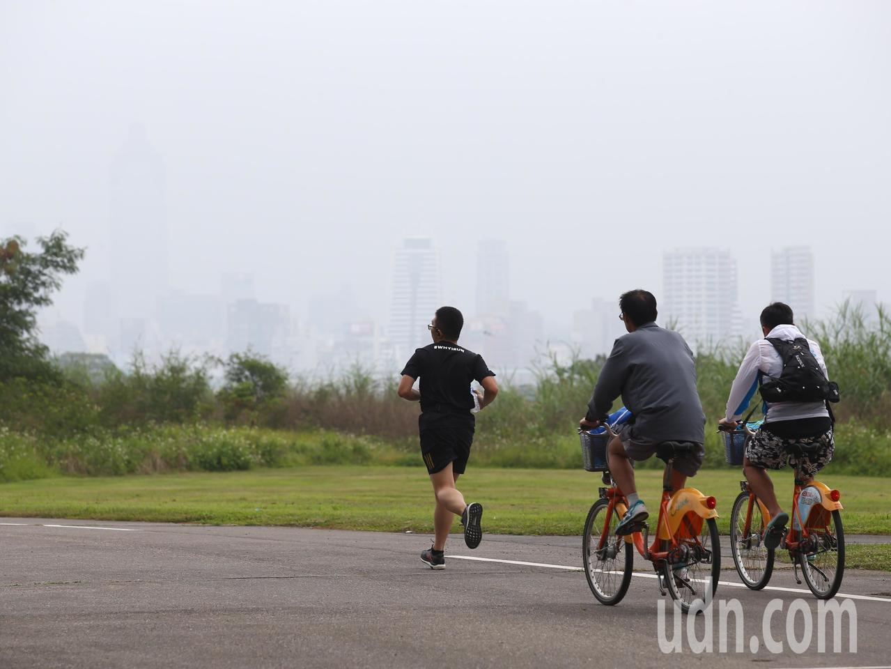 氣象達人彭啟明說,清晨還是很多地方有大霧,不過東北風已經開始進來。聯合報系資料照...