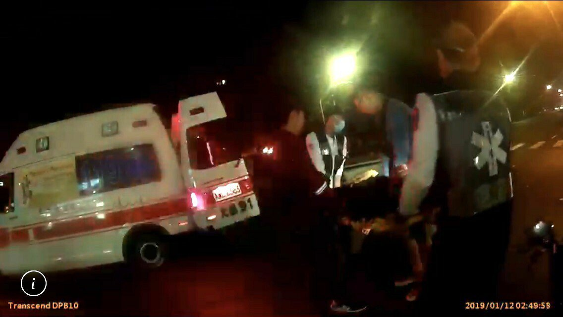 救護人員正將受傷的曾姓學生送醫。記者林保光/翻攝