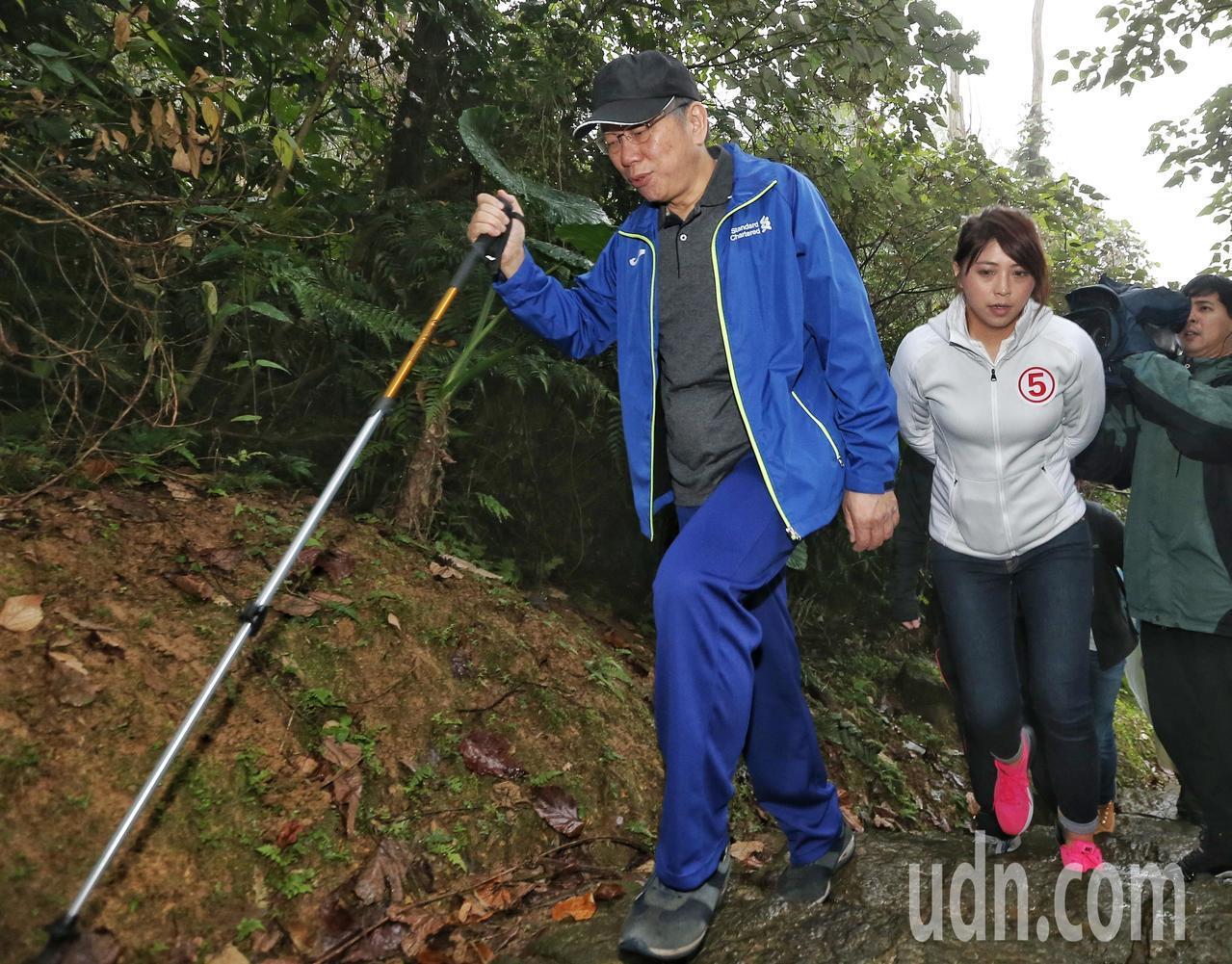 台北市長柯文哲(左)上午登山健行,要從政大飛龍步道口走至指南宮。記者鄭清元/攝影
