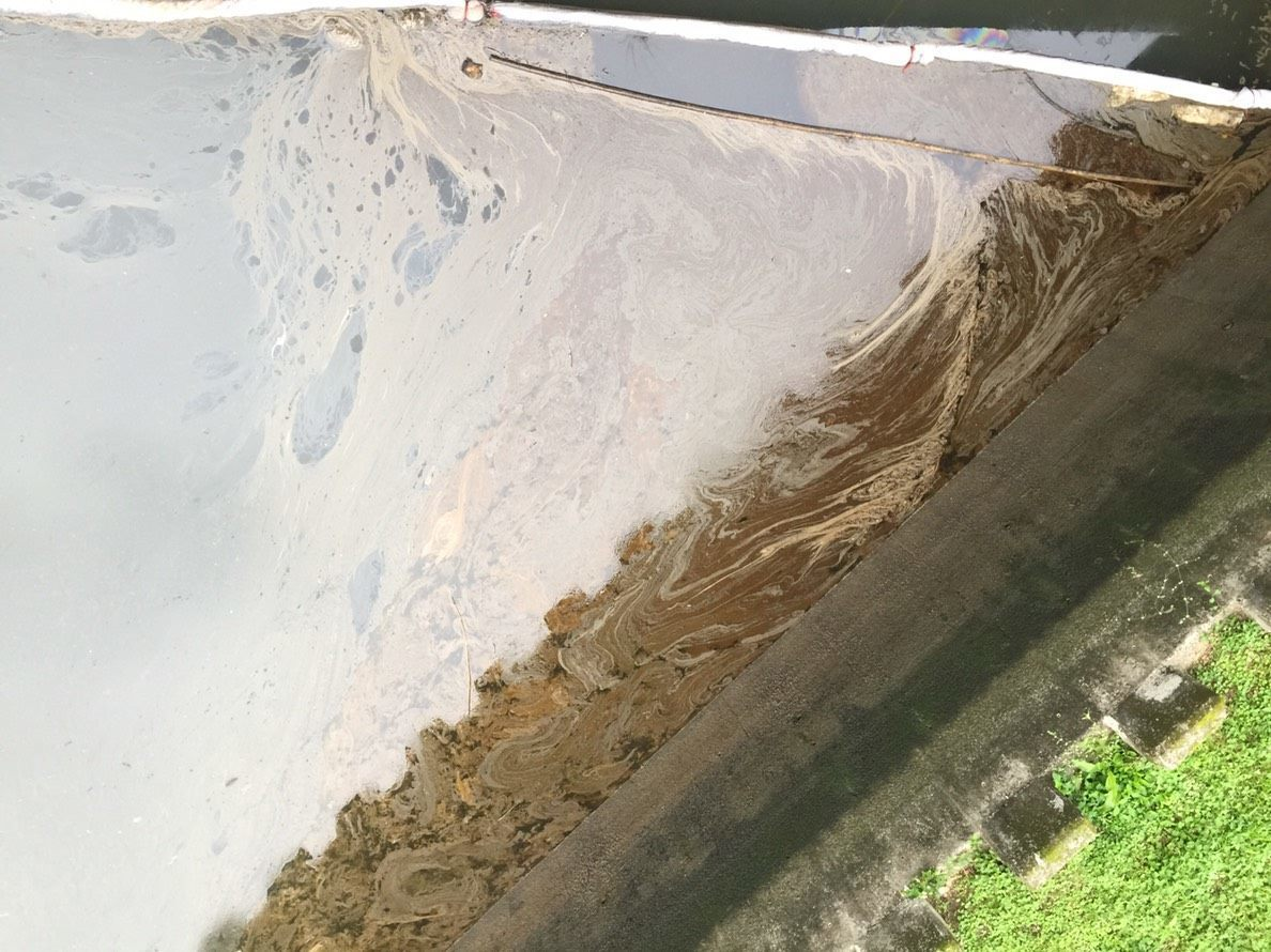 北市環保局昨天中午查獲東南客運內湖站停車場場區內加油機故障造成柴油滲漏,柴油經雨...