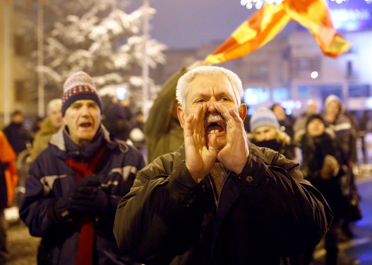 馬其頓民眾在國會外抗議改國名。路透