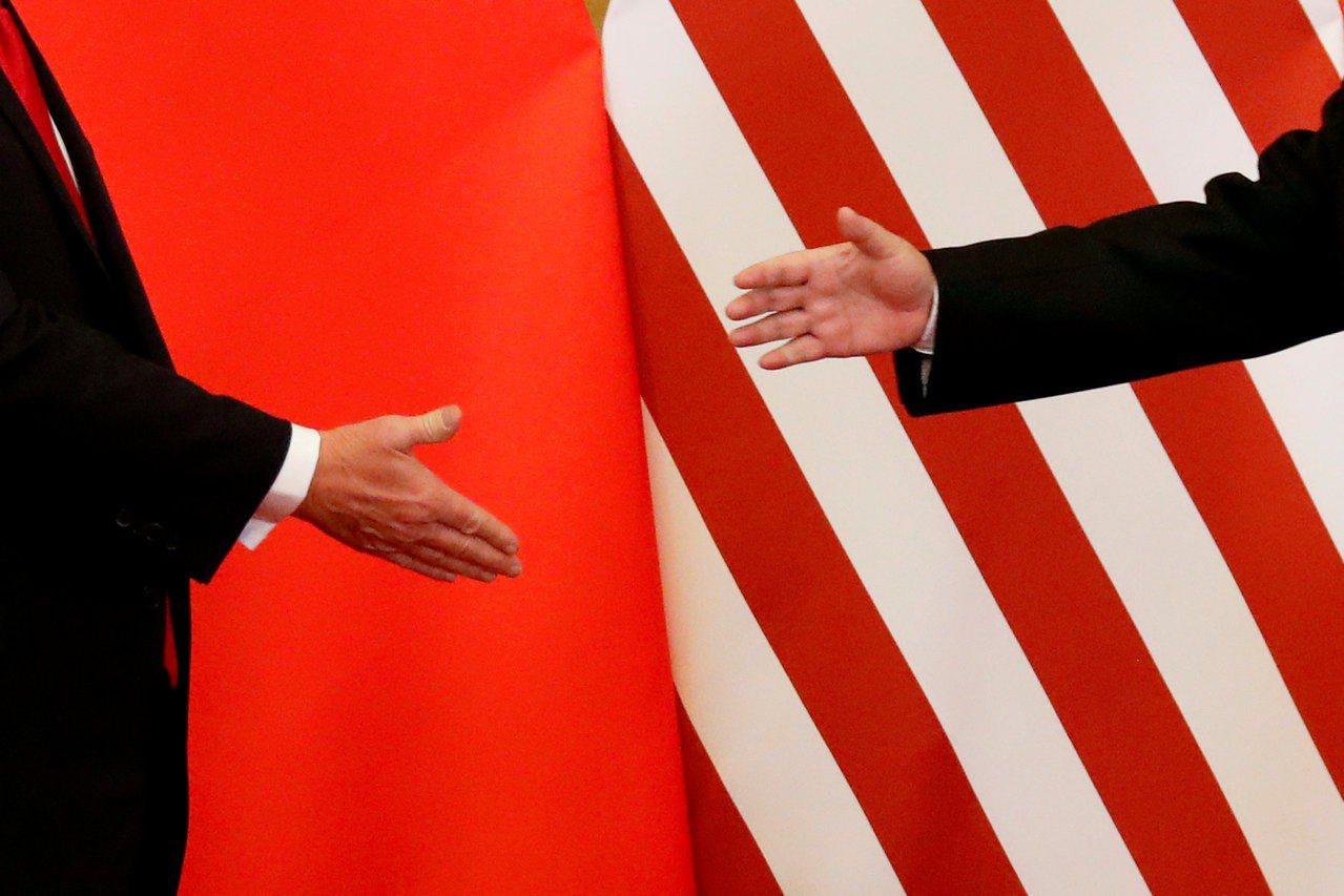 美國總統川普和中國大陸國家主席習近平握手檔案照。路透