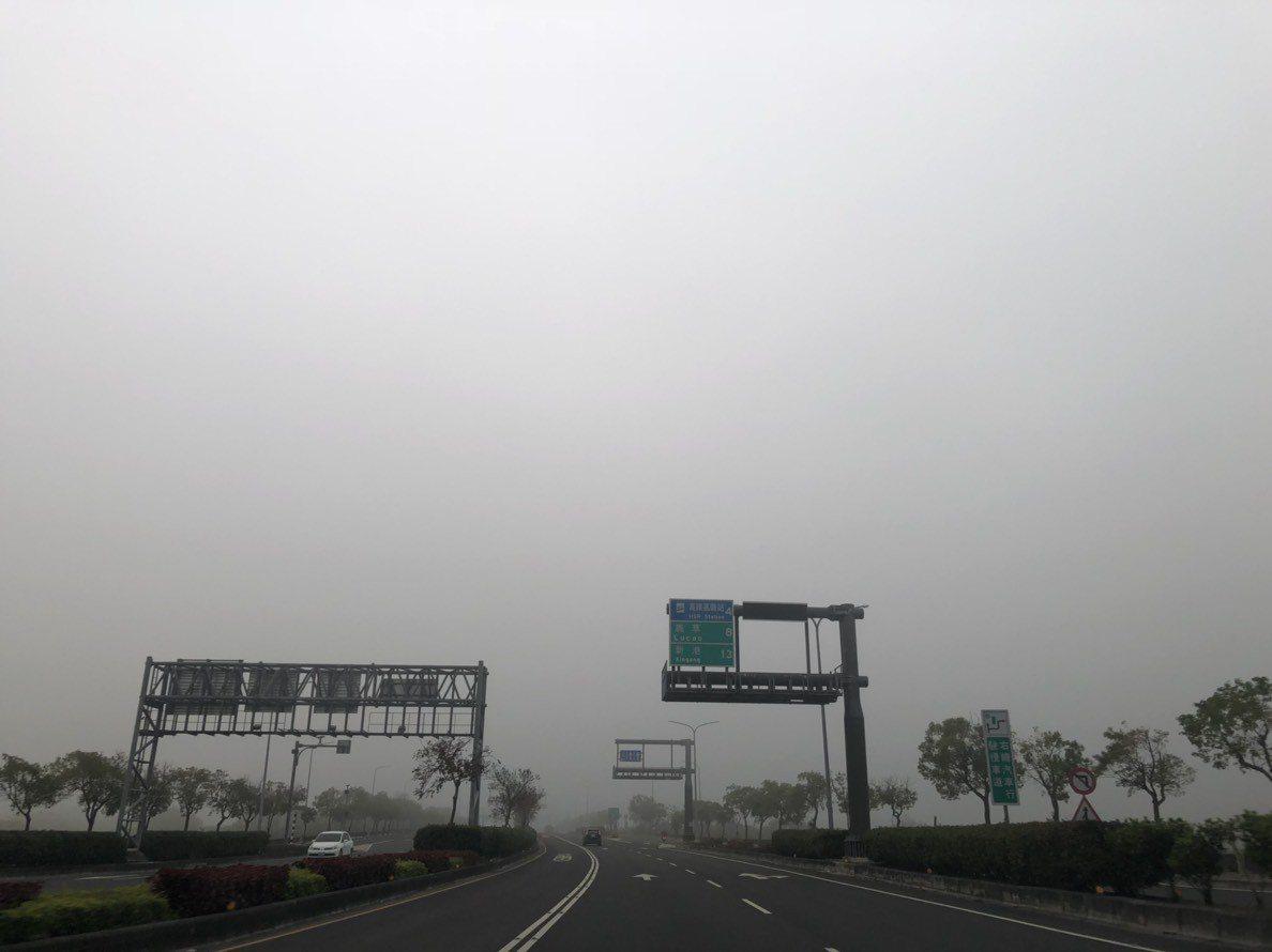 嘉義市街頭今天一片霧濛濛,能見度不佳,用路人紛紛減速慢行。記者王慧瑛/攝影