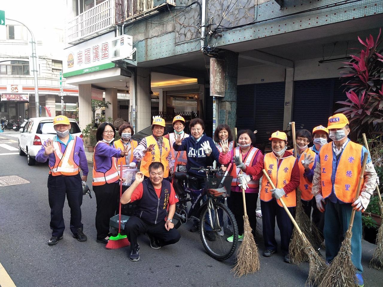 國民黨立委參選人沈智慧(中)今早騎腳踏車,向北區環保志工拜票。圖/沈智慧提供