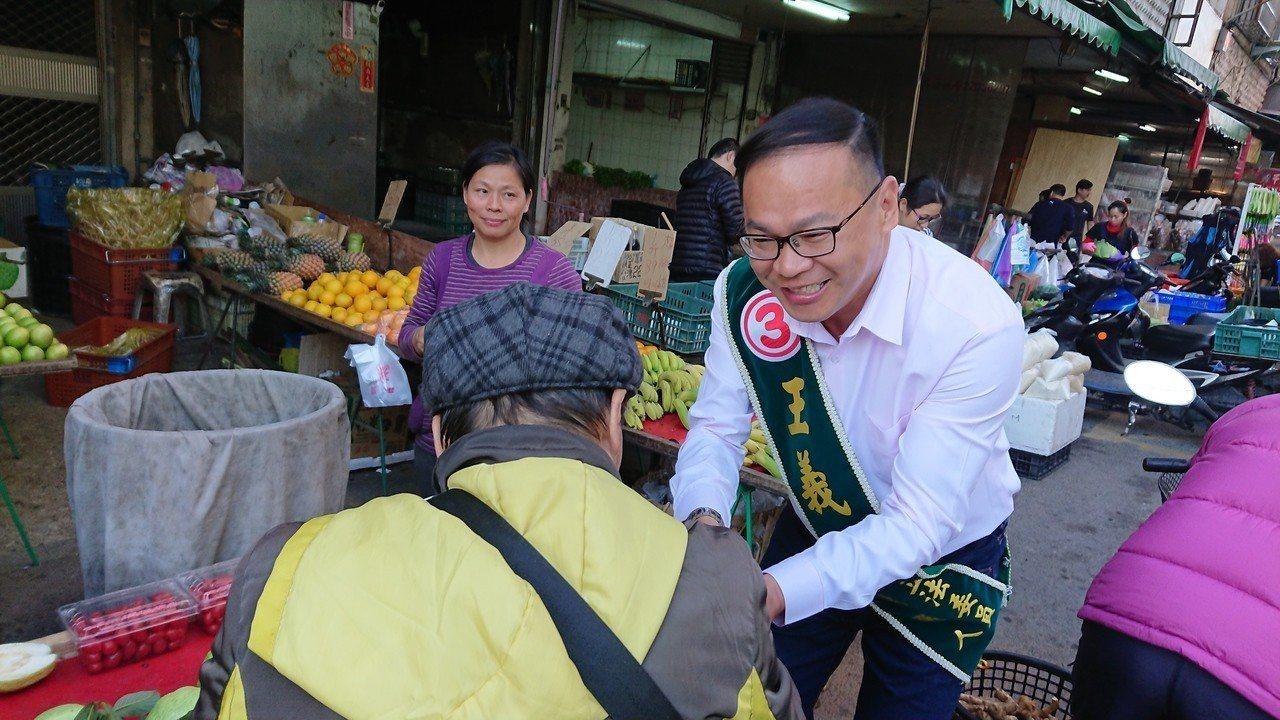 民進黨立委參選人王義川(右)今早到東興市場掃街,前老闆林佳龍即將接任交通部長,王...