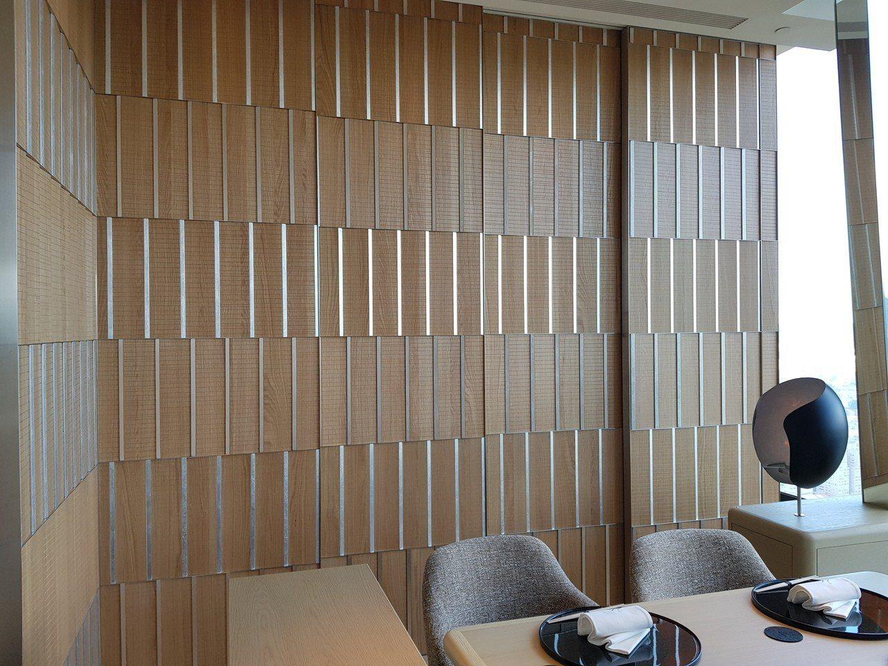 每一片都紋路不一樣的木牆,都是手工製作而成。記者陳睿中/攝影