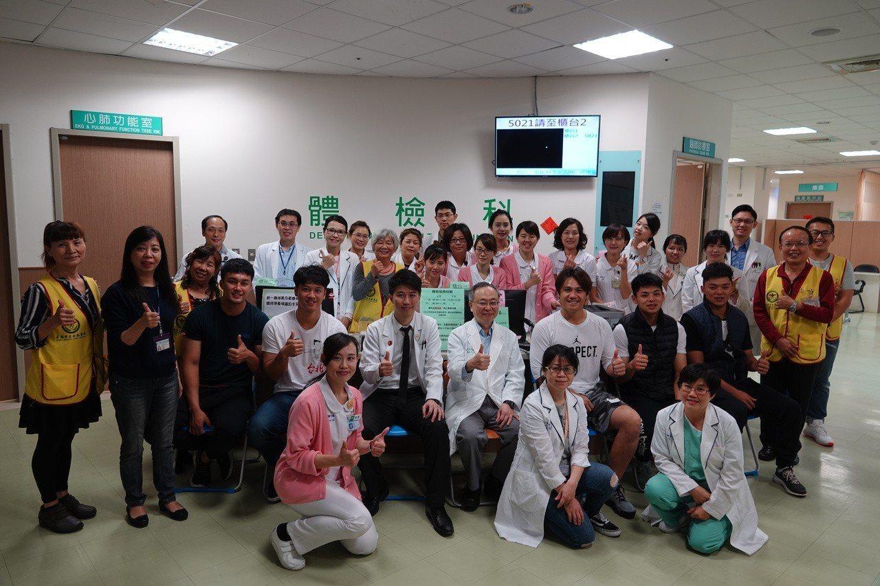 統一獅隊教練及球員在安南醫院接受健康檢查。圖/統一獅球團提供