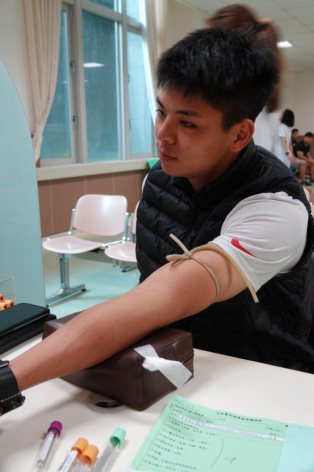 統一獅隊捕手陳重羽有捐血習慣,在安南醫院接受抽血檢查時表情鎮靜。圖/統一獅球團提...