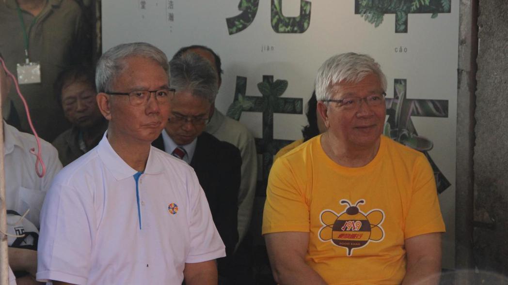 頂新和德基金會董事長魏應充(左)今天回到永靖老家。 記者林敬家/攝影