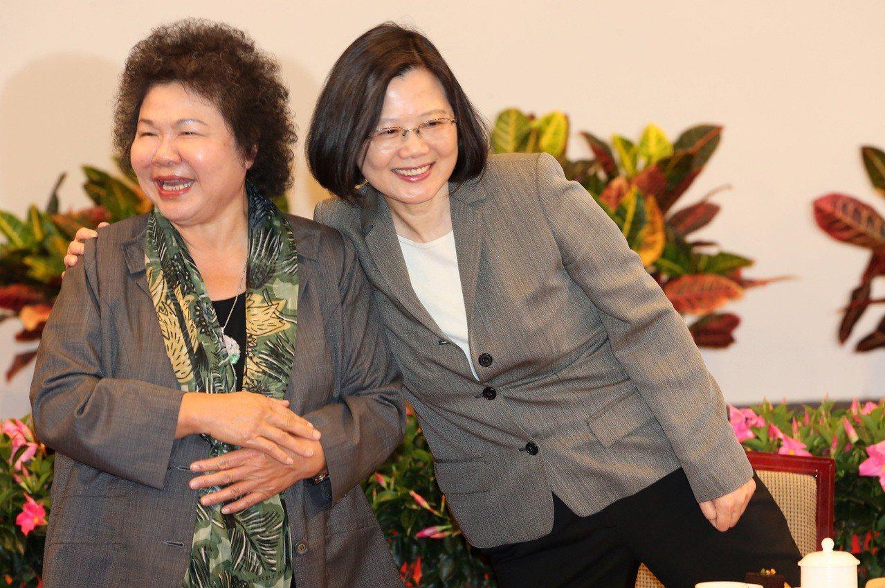 蔡英文總統(右)持續勸說下,總統府秘書長陳菊(左)可望留任。圖/本報資料照