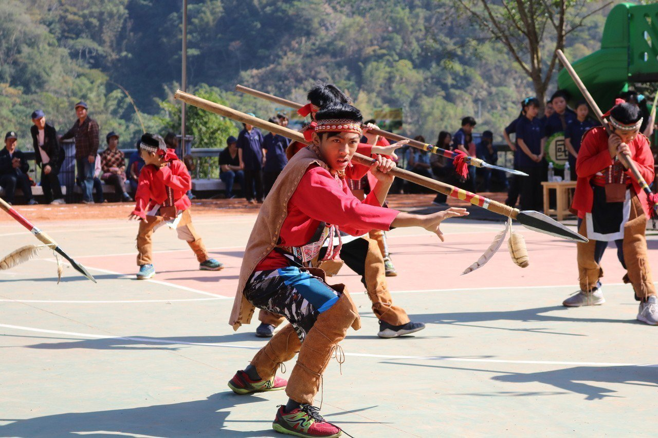 來吉國小的舞蹈詮釋鄒族洪水傳說。圖/仁和國小提供