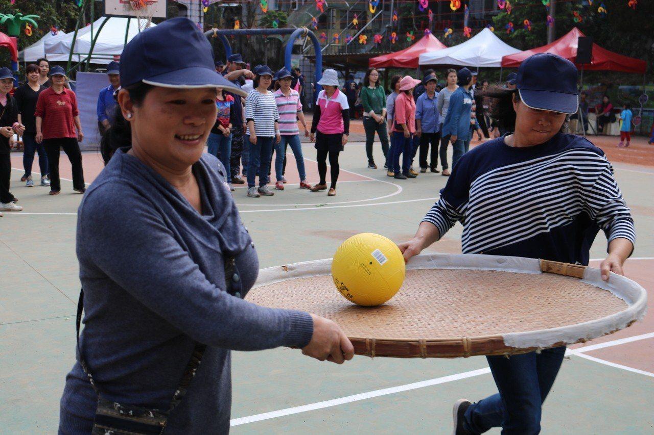 社區趣味競賽結合山區製茶廠必備的竹蔑與民眾同樂。圖/仁和國小提供