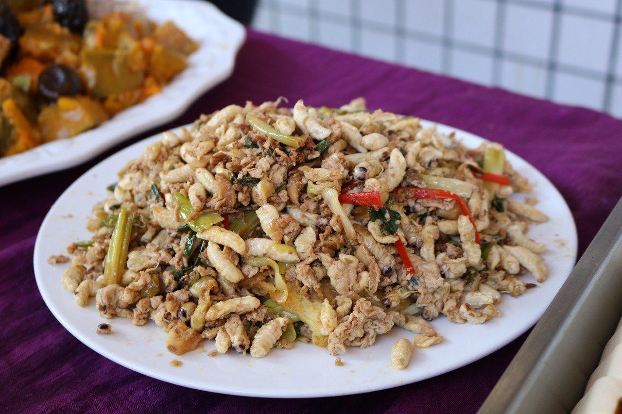 校慶餐點有山區特色炒蜂蛹。圖/仁和國小提供