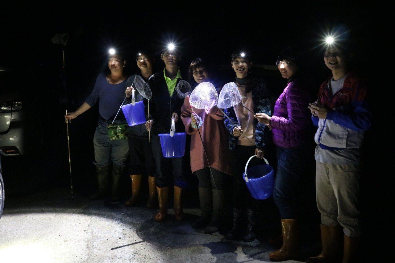 為了蒐集校慶風味餐食材,仁和國小老師與家長揪團半夜抓溪蝦。圖/仁和國小提供